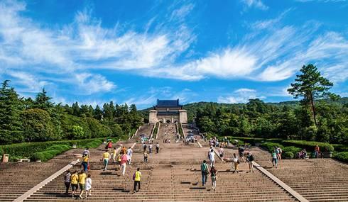中山陵是南京最有价值的必看景点,建筑气势宏伟,392级台阶设计寓意图片