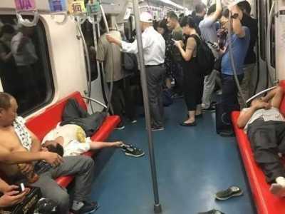 地铁三号线人肉脱鞋女是谁 地铁一女子当众脱鞋