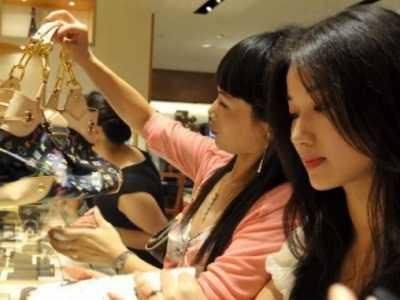 女子逛奢侈品店被侮辱 刚坐下就被店员撵出去