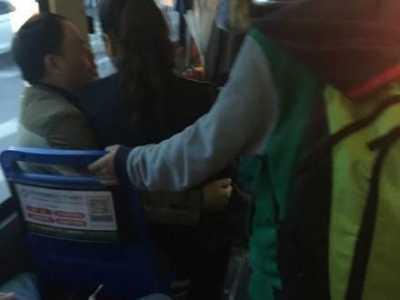 售票员坐男性腿上 行为不雅被停职